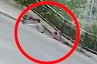 Đang đi bộ thì vỉa hè bất ngờ bị sụp, hai người phụ nữ rơi xuống hố sâu khiến ai chứng kiến cũng phải thót tim