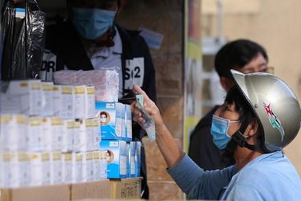 Khẩu trang y tế tăng giá, khách mua cầm chừng