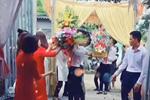 Quá mừng vì lấy được vợ, chú rể vén áo làm một hành động khiến tất cả mọi người phải ồ lên trong lễ ăn hỏi, cô dâu cũng cười đến mức phải quay lưng đi-3