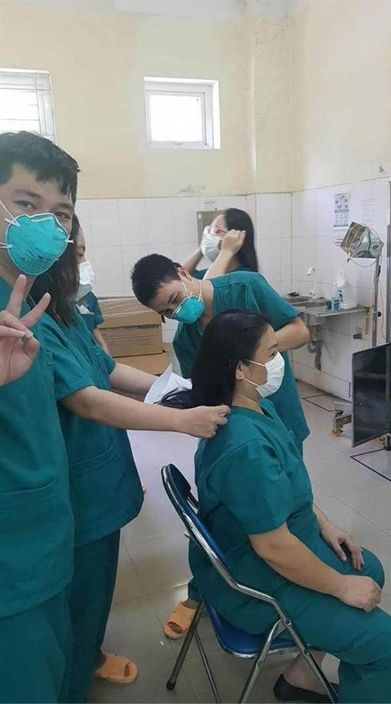 Hình ảnh nữ bác sĩ Đà Nẵng cắt đi mái tóc dài để dễ thao tác chăm sóc bệnh nhân Covid-19 khiến ai nhìn cũng thấy nhói lòng và thầm biết ơn-2