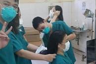 Hình ảnh nữ bác sĩ Đà Nẵng cắt đi mái tóc dài để dễ thao tác chăm sóc bệnh nhân Covid-19 khiến ai nhìn cũng thấy nhói lòng và thầm biết ơn