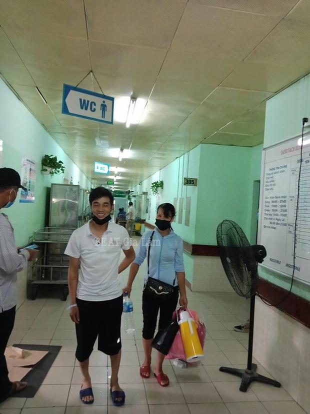 Nam tài xế GrabBike bị đâm 6 nhát ở Hà Nội xuất viện: Nhớ đến vẫn còn rất sợ hãi, khoẻ lại tôi sẽ không chạy xe nữa-1
