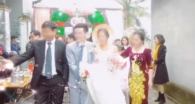 Quá mừng vì cưới được vợ, chú rể có hành động quá đà khiến mẹ đẻ vội đập thẳng tay vào váy cưới để nhắc nhở-1