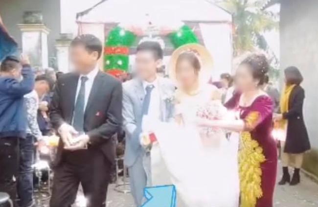 Quá mừng vì cưới được vợ, chú rể có hành động quá đà khiến mẹ đẻ vội đập thẳng tay vào váy cưới để nhắc nhở-3