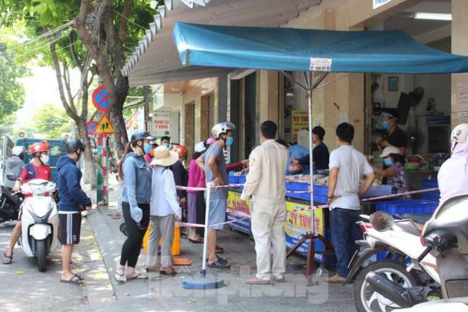 Người dân Đà Nẵng ùn ùn đi chợ sau lệnh tạm dừng dịch vụ ăn uống-2