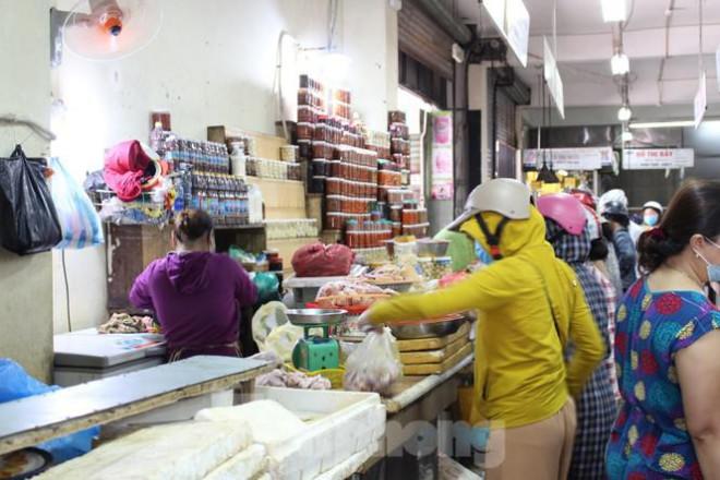 Người dân Đà Nẵng ùn ùn đi chợ sau lệnh tạm dừng dịch vụ ăn uống-11