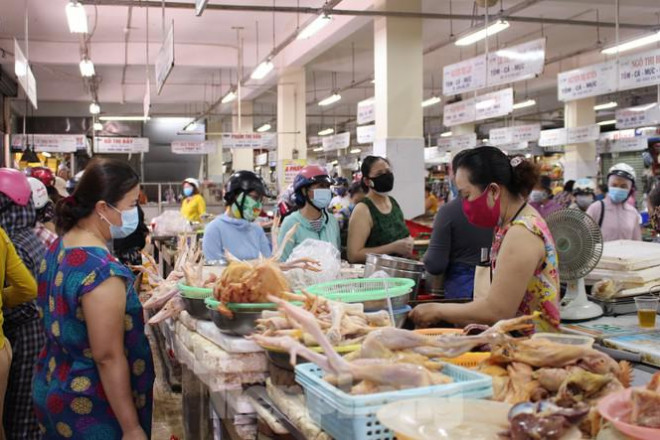 Người dân Đà Nẵng ùn ùn đi chợ sau lệnh tạm dừng dịch vụ ăn uống-12