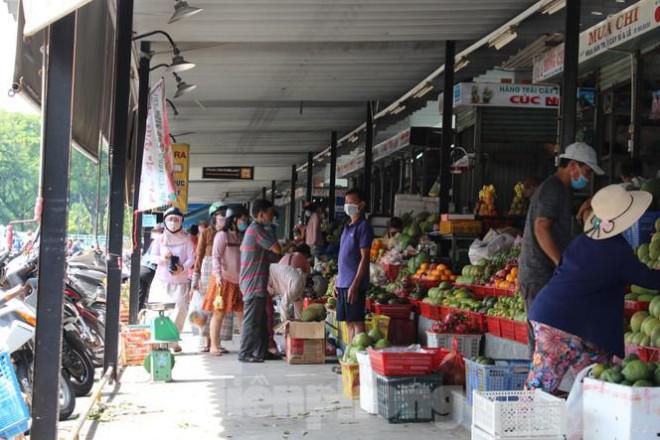 Người dân Đà Nẵng ùn ùn đi chợ sau lệnh tạm dừng dịch vụ ăn uống-13