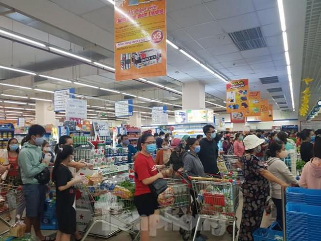 Người dân Đà Nẵng ùn ùn đi chợ sau lệnh tạm dừng dịch vụ ăn uống-14