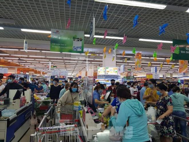 Người dân Đà Nẵng ùn ùn đi chợ sau lệnh tạm dừng dịch vụ ăn uống-15