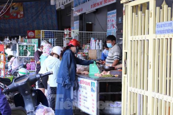 Người dân Đà Nẵng ùn ùn đi chợ sau lệnh tạm dừng dịch vụ ăn uống-6