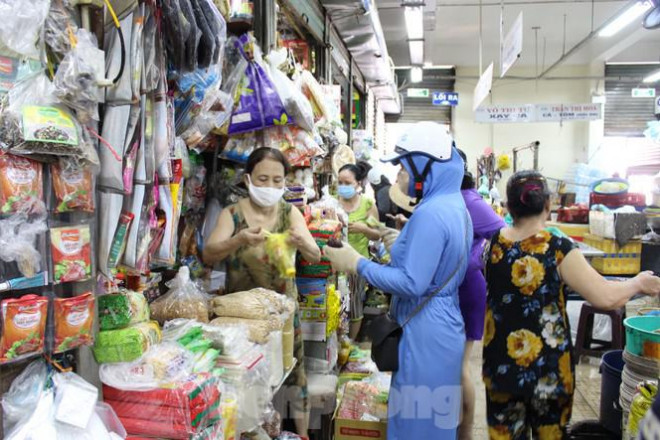 Người dân Đà Nẵng ùn ùn đi chợ sau lệnh tạm dừng dịch vụ ăn uống-8