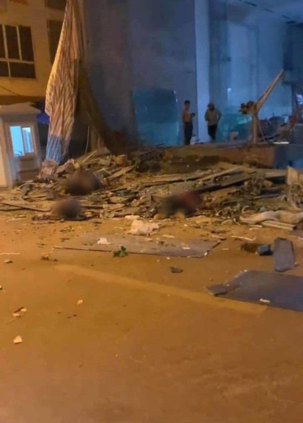 Hà Nội: Sập giàn giáo trên phố Nguyễn Công Trứ, nhiều công nhân rơi từ tầng cao xuống đất-2