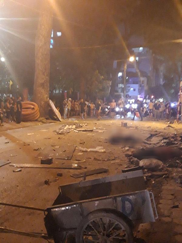 Hà Nội: Sập giàn giáo trên phố Nguyễn Công Trứ, nhiều công nhân rơi từ tầng cao xuống đất-4