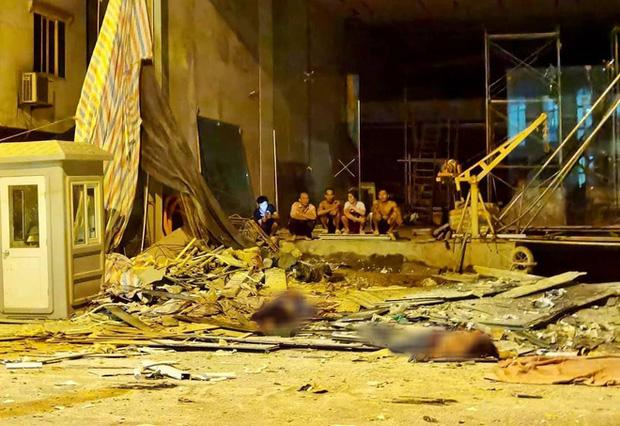 Hà Nội: Sập giàn giáo trên phố Nguyễn Công Trứ, nhiều công nhân rơi từ tầng cao xuống đất-1