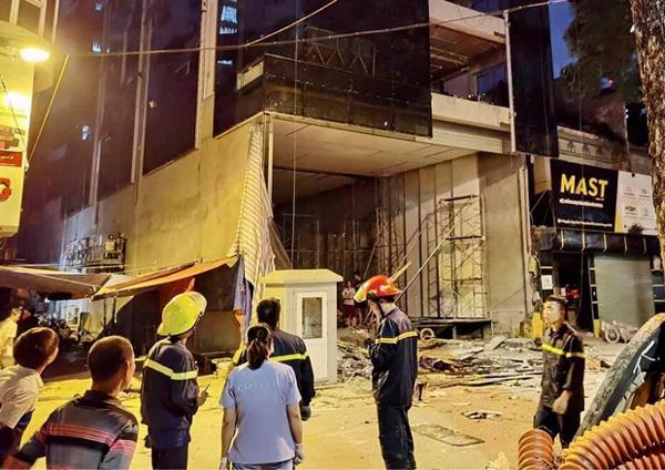 Hà Nội: Sập giàn giáo trên phố Nguyễn Công Trứ, nhiều công nhân rơi từ tầng cao xuống đất-6
