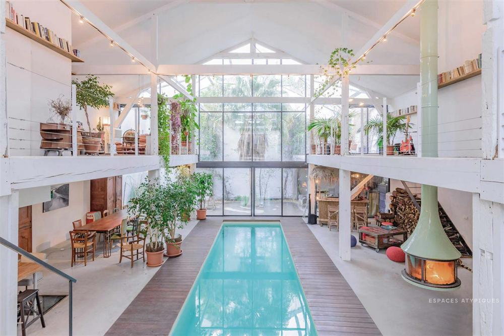 Ngôi nhà màu trắng sở hữu cây xanh và bể bơi bên trong giống như resort nghỉ dưỡng tuyệt đẹp-1