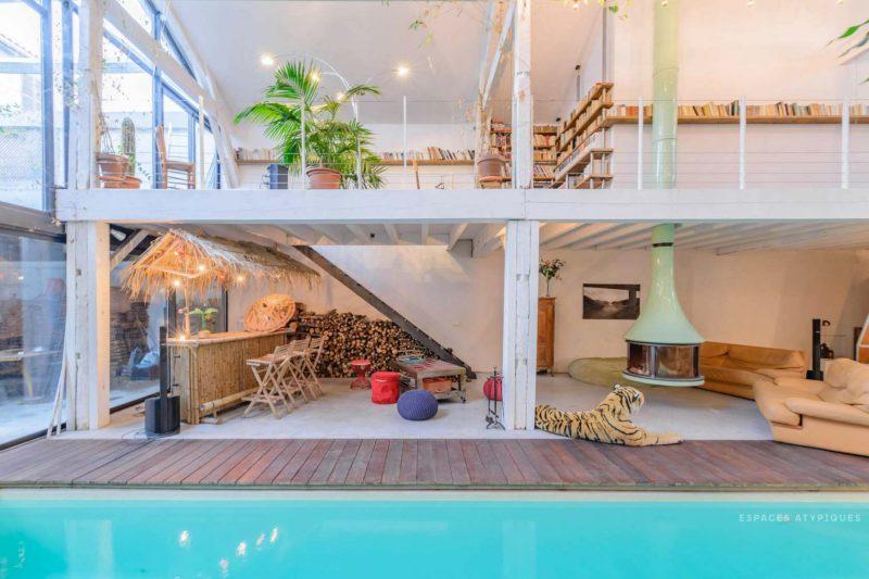 Ngôi nhà màu trắng sở hữu cây xanh và bể bơi bên trong giống như resort nghỉ dưỡng tuyệt đẹp-2