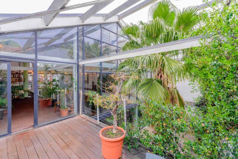 Ngôi nhà màu trắng sở hữu cây xanh và bể bơi bên trong giống như resort nghỉ dưỡng tuyệt đẹp-3