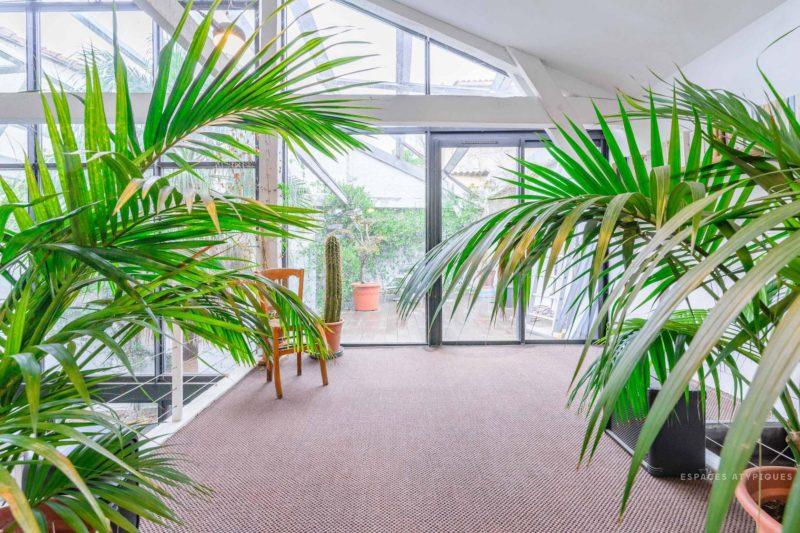 Ngôi nhà màu trắng sở hữu cây xanh và bể bơi bên trong giống như resort nghỉ dưỡng tuyệt đẹp-4