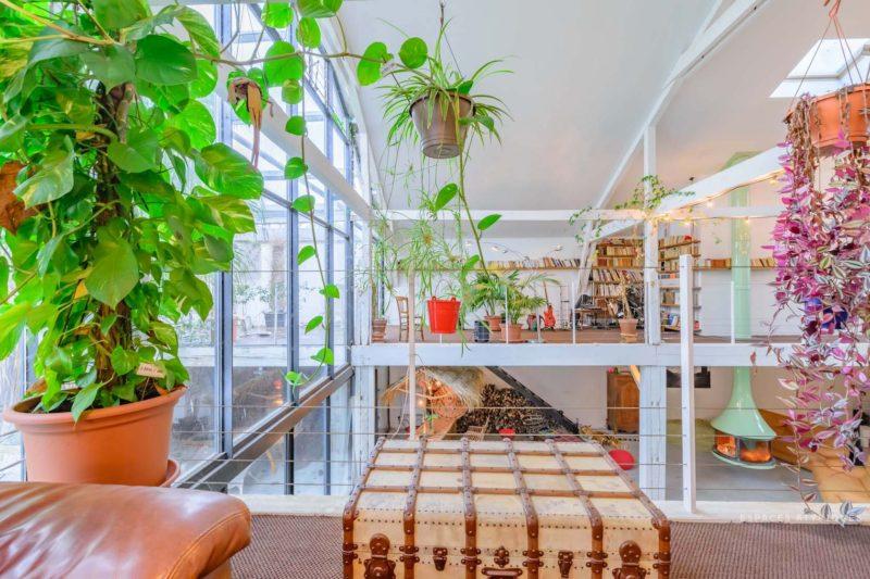 Ngôi nhà màu trắng sở hữu cây xanh và bể bơi bên trong giống như resort nghỉ dưỡng tuyệt đẹp-5