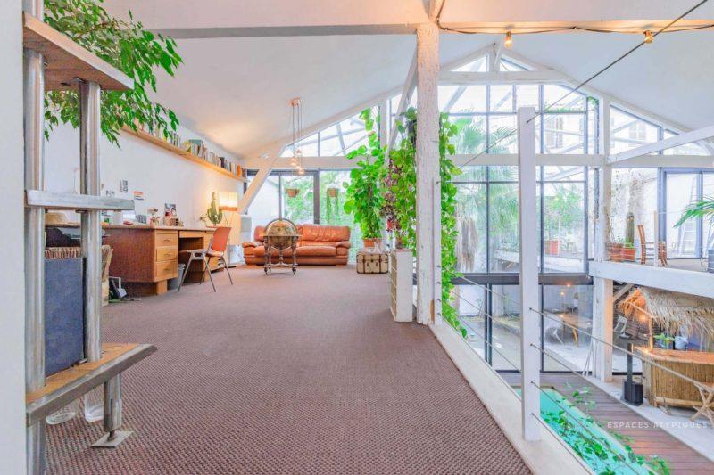 Ngôi nhà màu trắng sở hữu cây xanh và bể bơi bên trong giống như resort nghỉ dưỡng tuyệt đẹp-6