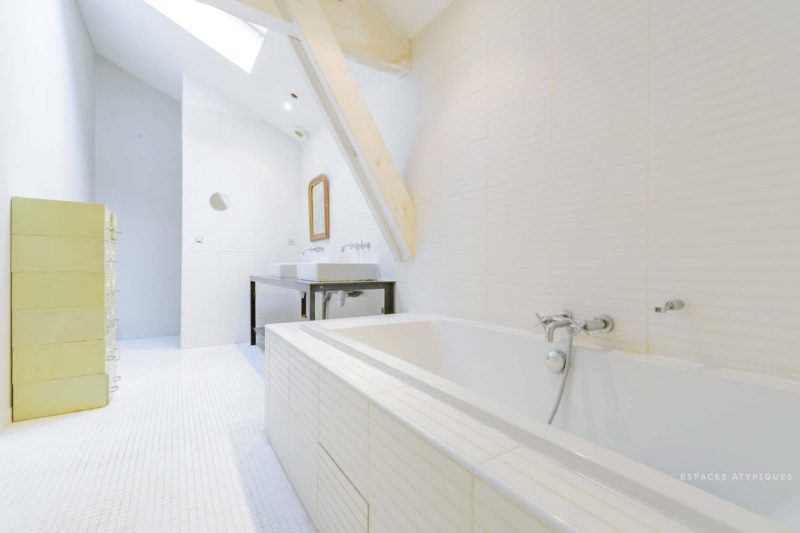 Ngôi nhà màu trắng sở hữu cây xanh và bể bơi bên trong giống như resort nghỉ dưỡng tuyệt đẹp-9