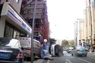 Ôtô vượt ẩu quẹt ngã người đi bộ rồi lật nghiêng