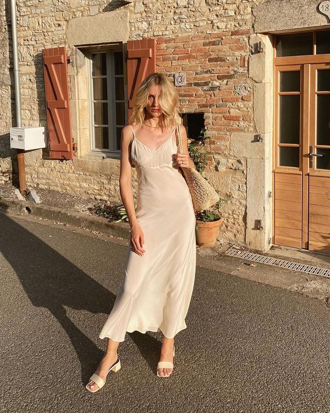 Gái Pháp có cả chục cách diện váy hai dây xinh lịm tim và cực ăn ảnh, ngắm rồi chị em sẽ muốn áp dụng tới bến thì thôi-7