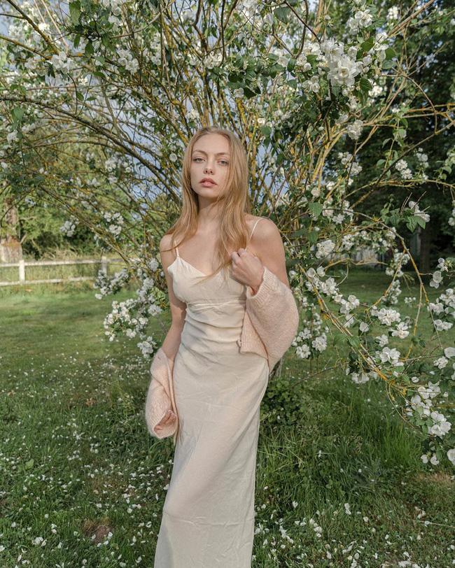 Gái Pháp có cả chục cách diện váy hai dây xinh lịm tim và cực ăn ảnh, ngắm rồi chị em sẽ muốn áp dụng tới bến thì thôi-8