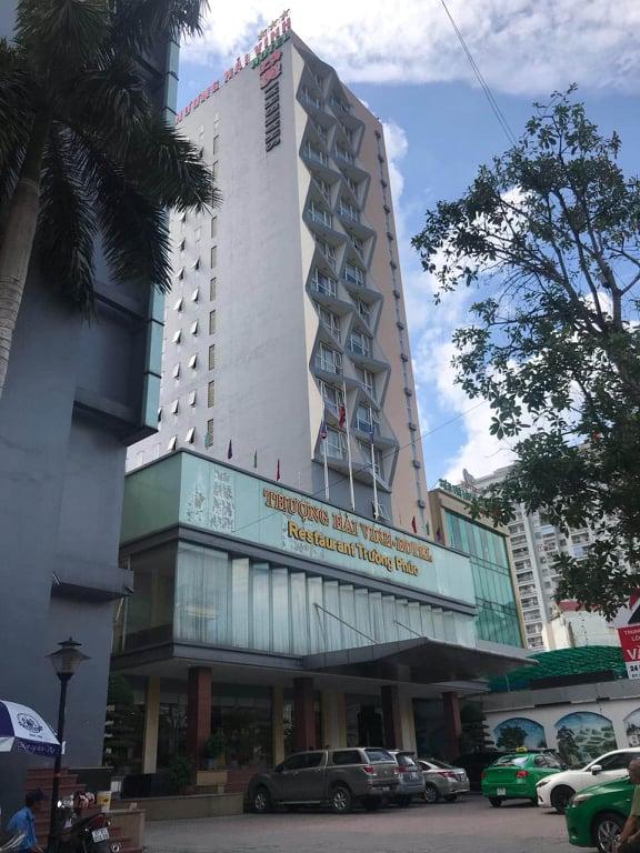 Theo mẹ đi làm, bé trai 5 tuổi rơi từ tầng 9 khách sạn tử vong thương tâm-1