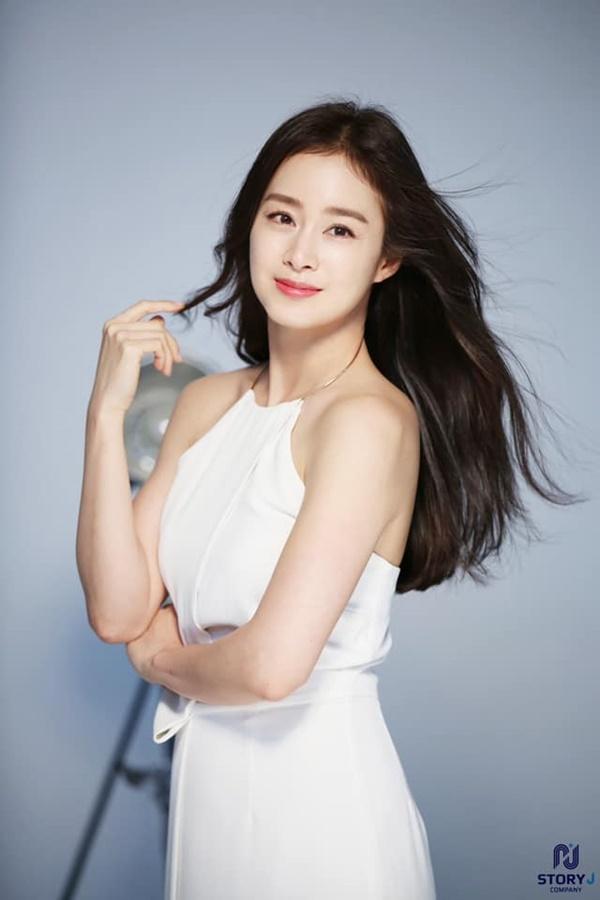 Lúc nào cũng kín đáo, mẹ hai con Kim Tae Hee bất ngờ gây chú ý khi diện váy trắng mỏng manh, khoe lưng trần trắng mịn màng-3