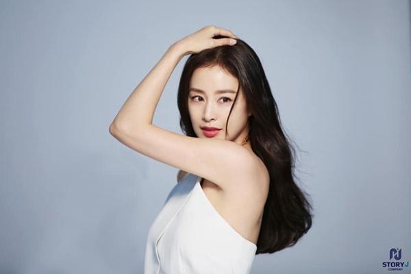 Lúc nào cũng kín đáo, mẹ hai con Kim Tae Hee bất ngờ gây chú ý khi diện váy trắng mỏng manh, khoe lưng trần trắng mịn màng-5
