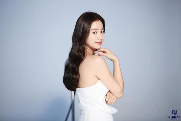Lúc nào cũng kín đáo, mẹ hai con Kim Tae Hee bất ngờ gây chú ý khi diện váy trắng mỏng manh, khoe lưng trần trắng mịn màng-6