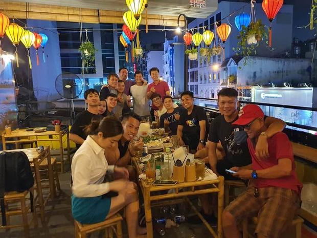 Lộ hình ảnh hiếm hoi Công Phượng dẫn vợ Viên Minh đi dự tiệc chia tay HLV Hàn Quốc-1