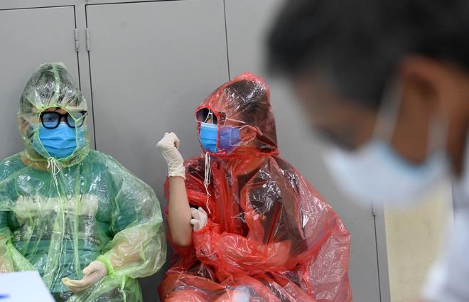 [Ảnh] Bốn mẹ con full giáp bảo hộ đi test nhanh Covid-19 ở Hà Nội-7