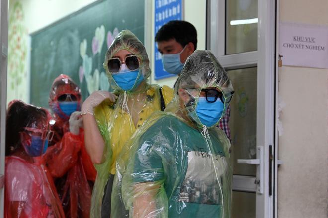 [Ảnh] Bốn mẹ con full giáp bảo hộ đi test nhanh Covid-19 ở Hà Nội-8