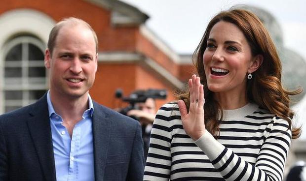 Hoàng tử William thừa nhận từng làm Công nương Kate giận tím mặt vì món quà tặng hồi còn hẹn hò, đến giờ vợ vẫn nhắc chuyện cũ-2