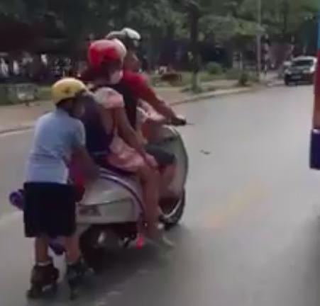 Clip: Người đàn ông đèo 3 con nhỏ theo kiểu làm xiếc giữa đường, vị trí của bé trai phía sau khiến nhiều người kinh hãi-1