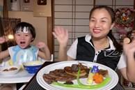 Bé Sa lần đầu tiên thắc mắc 'Cô chú ở đâu?' sau gần 2 năm cùng mẹ Quỳnh Trần chào miệt mài