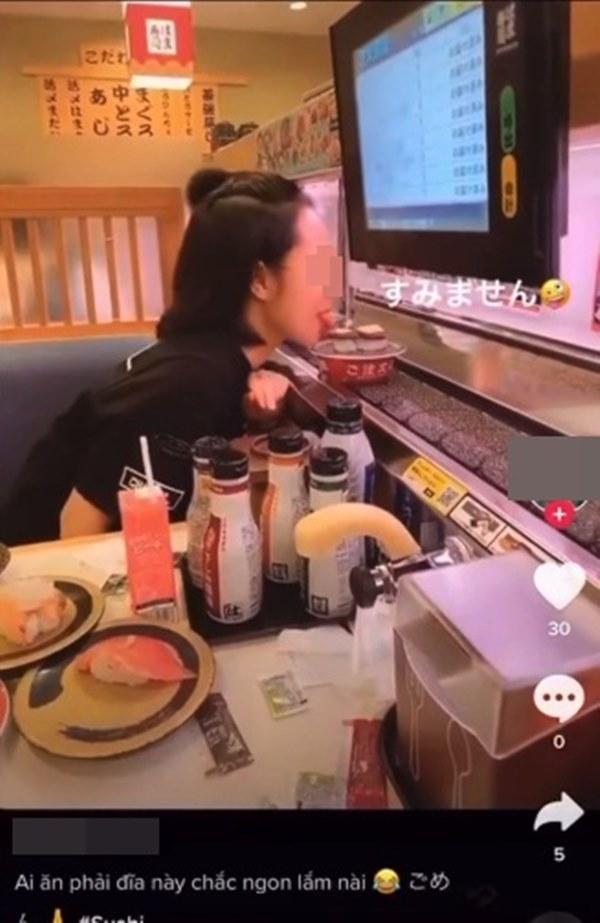 Cô gái Việt bị dân mạng chỉ trích kịch liệt vì thè lưỡi liếm đĩa sushi đang chạy trên băng chuyền trong cửa hàng ở Nhật Bản-1
