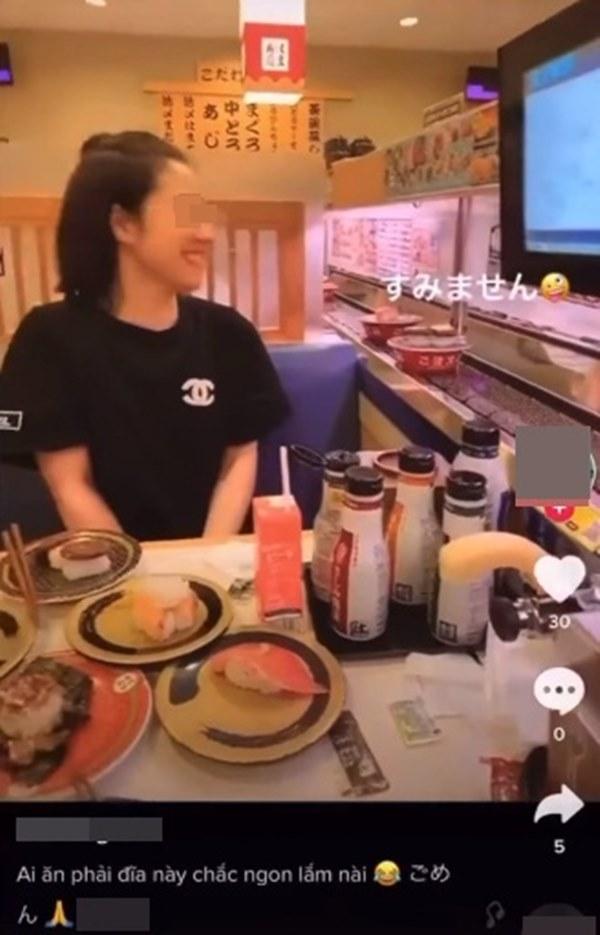 Cô gái Việt bị dân mạng chỉ trích kịch liệt vì thè lưỡi liếm đĩa sushi đang chạy trên băng chuyền trong cửa hàng ở Nhật Bản-3