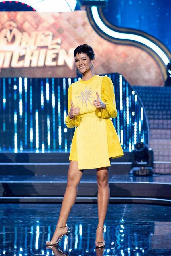 Đụng hàng loạt sao Việt trắng trẻo, hoa hậu Vbiz chứng tỏ da ngăm vẫn vô tư mặc màu nổi-1