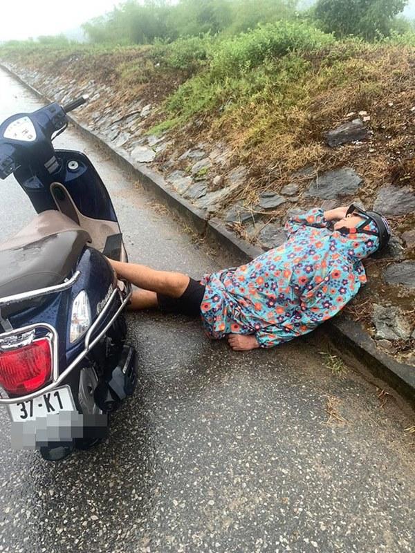 Người đàn ông say mèm dựng xe giữa đường, nằm gác đầu lên đê ngủ bất chấp sự đời-1