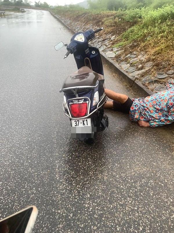 Người đàn ông say mèm dựng xe giữa đường, nằm gác đầu lên đê ngủ bất chấp sự đời-2