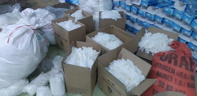 Hàng chục tấn găng tay đã qua sử dụng được tái chế để... bán ra thị trường-1