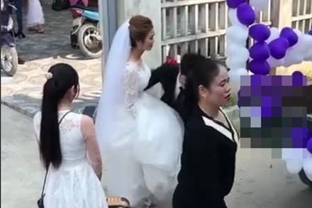 Đứng ngẩn người trước chiếc xe hoa