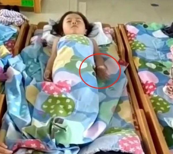 Cô giáo gửi đoạn clip con gái ngủ trưa, mẹ bật khóc khi nhìn hành động lạ ở tay con-1
