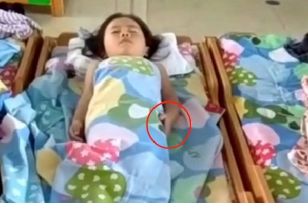 Cô giáo gửi đoạn clip con gái ngủ trưa, mẹ bật khóc khi nhìn hành động lạ ở tay con-2