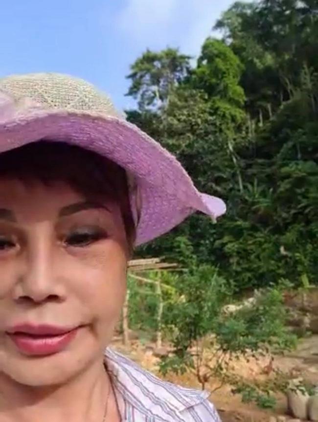 Tự tin chụp ảnh ảo với làn da nhẵn thín, cô dâu 63 tuổi ở Cao Bằng trông như thế nào trong clip livestream?-2